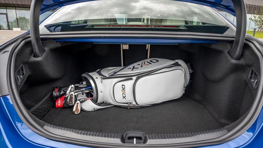 Die konventionell angetriebene C-Klasse-Limousine packt 455 Liter weg, beim Teilzeitstromer sind es nur 315 Liter.