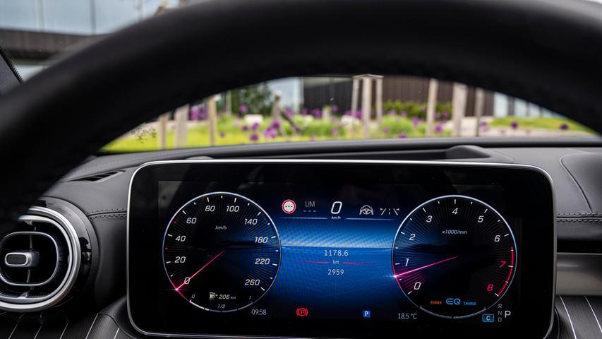 Das noch digitaler ausgelegte Fahrer-Display, ohne runde Instrumentenanzeigen, steht frei und kann in 10,25- oder 12,3-Zoll-Größe geliefert werden.