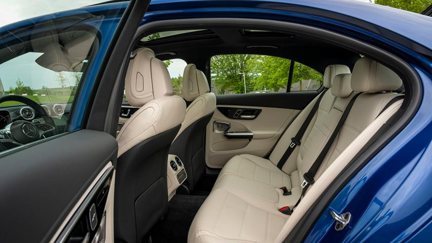 Von den vorbildlichen Raum- und Sitzverhältnissen sind Groß und Klein selbst in der zweiten Reihe angetan.