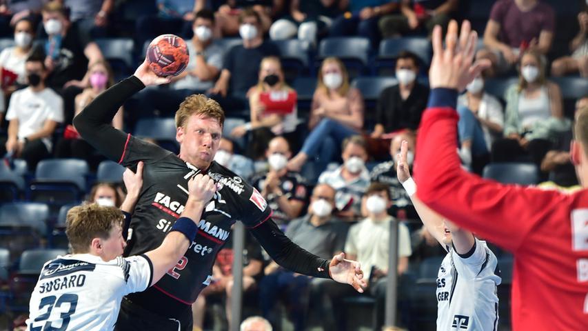 23.06.2021 --- Handball --- 1. Bundesliga LIQUI MOLY HBL --- Saison 2020 2021 --- 37. Spieltag: HC Erlangen Metropolregion Nürnberg HCE - SG Flensburg-Handewitt --- Foto: Sport-/Pressefoto Wolfgang Zink / OGo --- ..Goran Sogard Johannessen (23, SG Flensburg-Handewitt ) Simon Jeppsson (42, HC Erlangen HCE )
