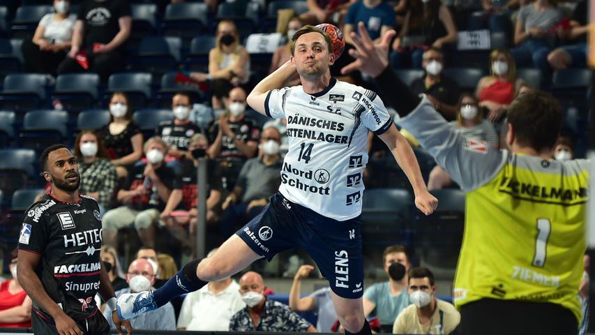 23.06.2021 --- Handball --- 1. Bundesliga LIQUI MOLY HBL --- Saison 2020 2021 --- 37. Spieltag: HC Erlangen Metropolregion Nürnberg HCE - SG Flensburg-Handewitt --- Foto: Sport-/Pressefoto Wolfgang Zink / OGo --- ..Hampus Wanne (14, SG Flensburg-Handewitt ) Martin Ziemer (1, HC Erlangen HCE )