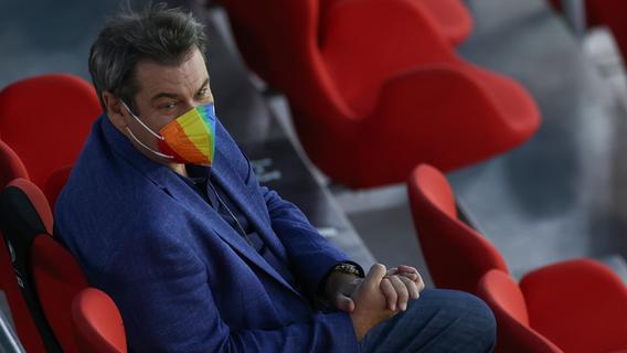 Bunter Auftritt: Söder mit Regenbogen-Maske beim Länderspiel