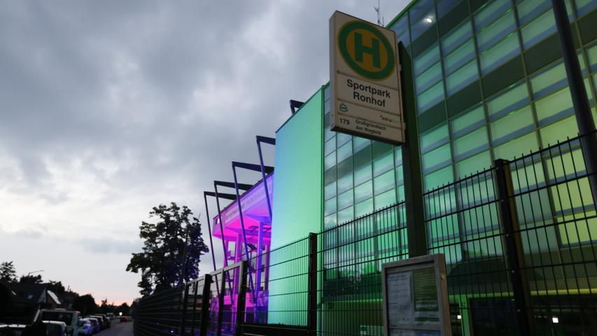 Zeitungen und TV-Sender zeigten die Farbenvielfalt, die sich auch vor dem Stadion und in der Stadt widerspiegelte. Zahlreiche Gebäude wurden entsprechend beflaggt oder gar beleuchtet.
