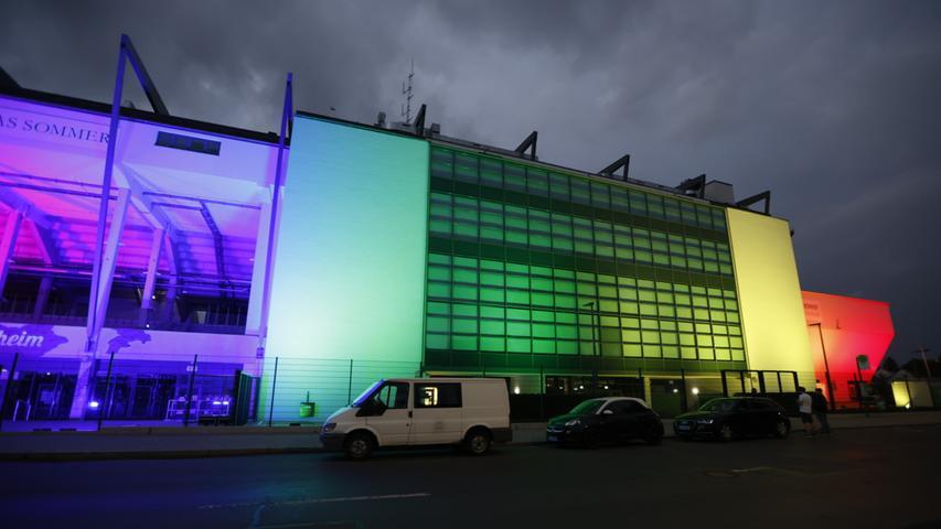 So auch in Franken, wo der Fürther Ronhof und das Max-Morlock-Stadion bunt beleuchtet waren.