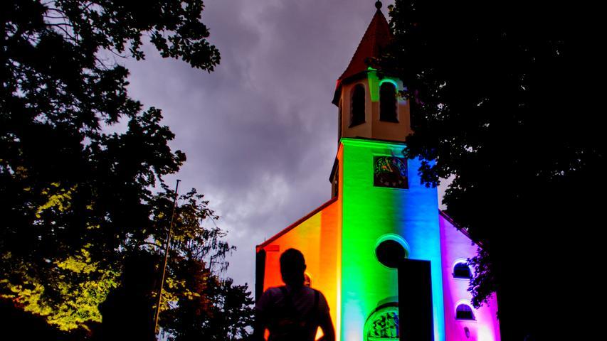 Kirchen, Rathäuser und mehr: Die Region leuchtet in Regenbogenfarben