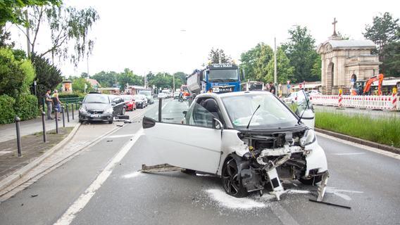 Totalschaden: Smart beschädigt parkende Autos in Nürnberg