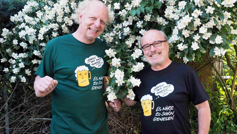 Ulli Raab (re.) und Atze Bauer präsentieren das neue Annafest-T-Shirt.