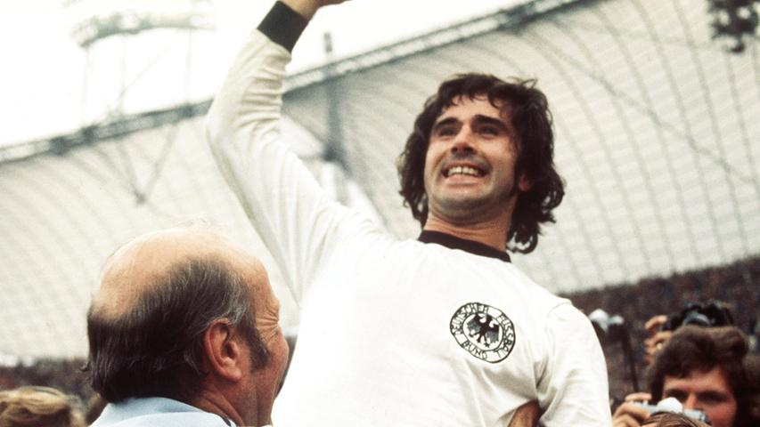 """M wie Müller, Gerd. Obwohl erst nach dem Zweiten Weltkrieg aktiv, """"Bomber der Nation"""". Traf immer und aus jeder Lage, auch zum 2:1-Sieg von Deutschland im WM-Finale 1974 gegen die Niederlande. Meistens mit links oder rechts erfolgreich. Ab und zu auch mit dem Kopf, dem Bauch, dem Rücken oder dem Popo. Verlor jüngst aber seinen vorletzten Rekord. Robert Lewandowski schoss in einer Bundesliga-Saison 41 Tore, Müller war 1971/72 nur auf 40 gekommen. Letzte Bestmarke: 365 Bundesliga-Tore insgesamt. Leider schwer an Demenz erkrankt."""