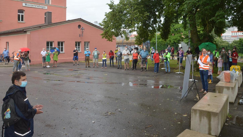 """Erstaunlich viele Teilnehmer hatte die erste Informationsveranstaltung der Initiative """"verbindung-zwischen-freunden"""" am Bahnhof in Wassertrüdingen."""