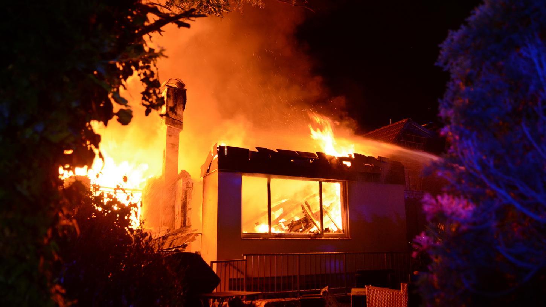 Beim Eintreffen der ersten Einsatzkräfte brannte eine Doppelhaushälfte bereits lichterloh.