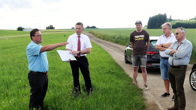 In Günching stellten Bürgermeister Christian Schmid und sein Mitarbeiter Christian Frank vor Ort eine Alternativplanung für den Radweg in die Kräft vor.