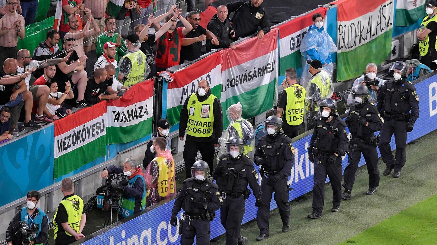 Gegen Ende der Partie formierte sich die Polizei vor dem Block der Ungarn-Fans.