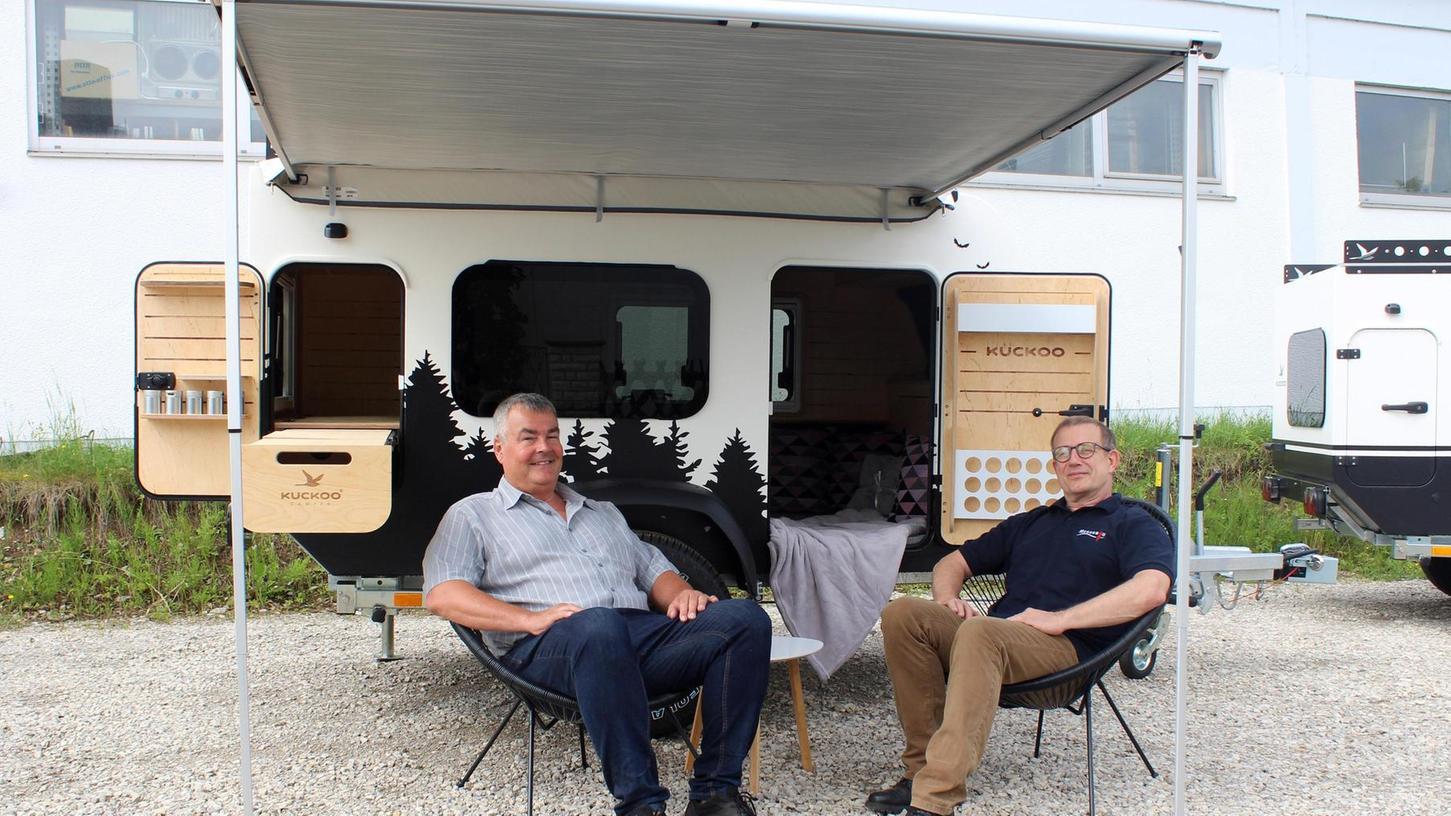 Geschäftsführer Harald Martner (links) und Heinz Appoldt vor dem Camper, den ihr Unternehmen jetzt baut.