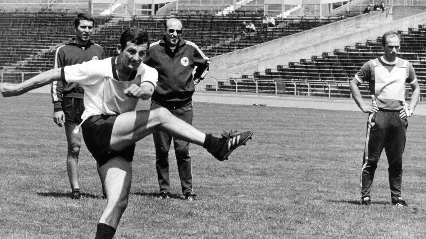 Ein Mann, der wusste, wie man Raketen zündet: Luggi Müller (mit Bundestrainer Helmut Schön und Udo Lattek).