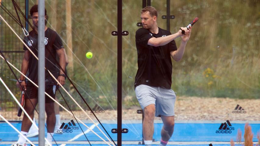 Deutschlands Torwart Manuel Neuer (r) und Serge Gnabry spielen Paddle-Tennis an ihrem freien Tag.