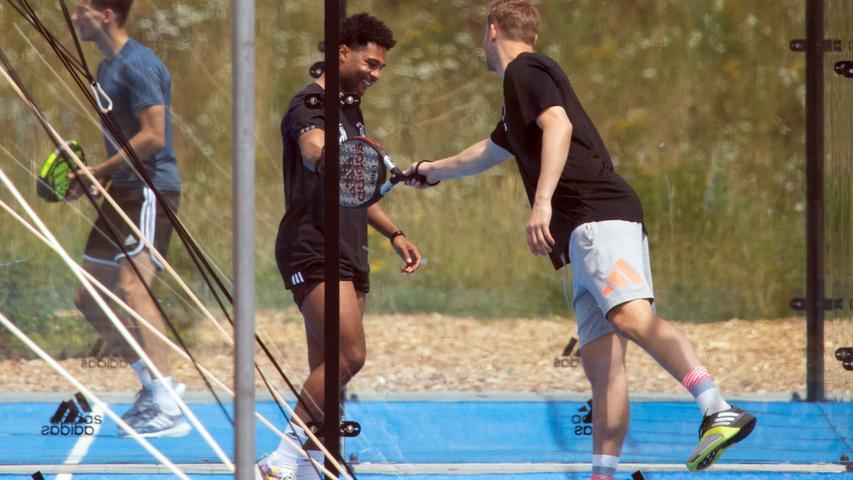 Deutschlands Torwart Manuel Neuer (r) und Serge Gnabry spielen Paddle-Tennis