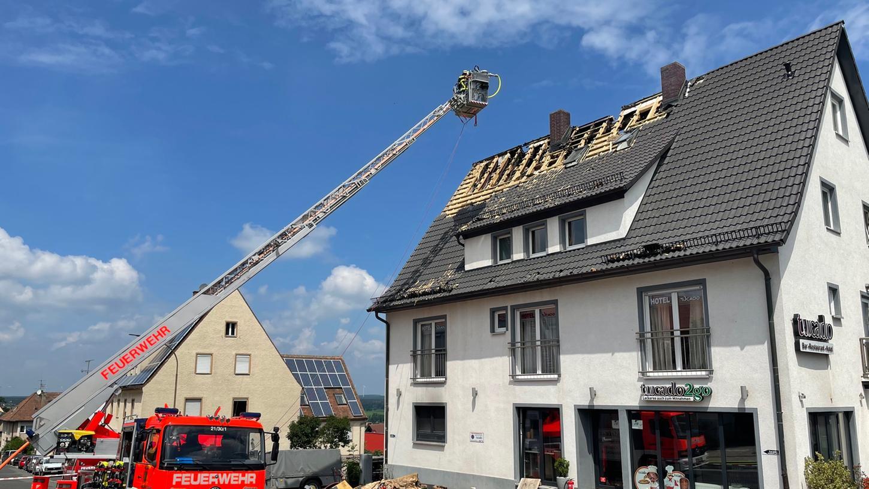 Aus dem Dachstuhl des Dönerladens stieg einen Tag nach dem Brand erneut Rauch auf.