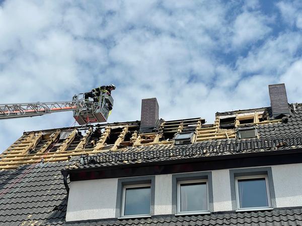 Im Dach fanden die Einsatzkräfte Glutnester, die sich erneut entzündet hatten.