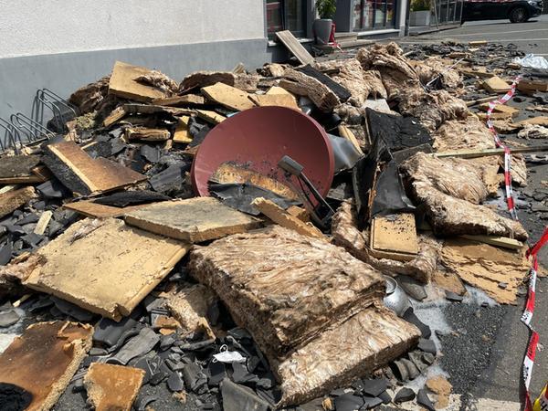 Die Dämmung wurde aus dem Dach entfernt und außen abgelöscht.