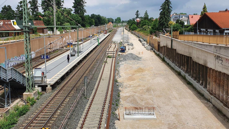 Ein Zustand, der seit Jahren für Verdruss bei der Kundschaft sorgt: Der Haltepunkt ist eine Dauerbaustelle, die Zugangstreppe und der Bahnsteig sind Provisorien – weit entfernt von Barrierefreiheit.