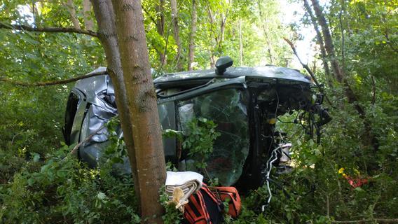 Junge Frau schwer verletzt: Sie kracht mit ihrem Pkw bei Erasbach in ein Waldstück