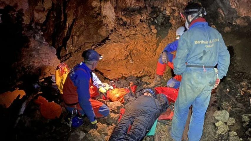 Einsatzübung im Wiesenttal: Höhlenrettung der Bergwacht Frankenjura