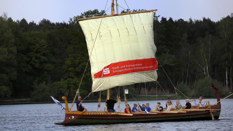 """Das nachgebaute Römerboot """"Fridericiana Alexandrina Navis"""", kurz FAN,der Friedrich-Alexander-Universität war vom Pilz befallen. Auf diesem Bild segelt es gemütlich auf dem Dechsendorfer Weiher bei Erlangen."""