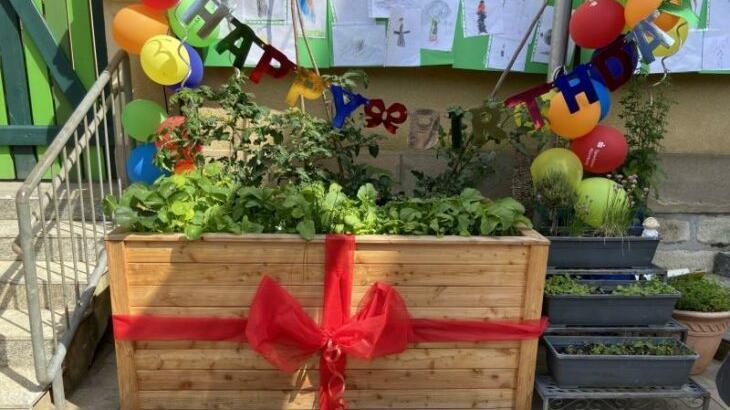 Zum Geburtstag gab`s zwei Hochbeete: eines für die Erwachsenen (Foto) und ein kleineres für die Kindergartenkinder.