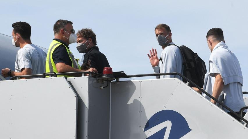 Germany's goalkeeper Manuel Neuer (2nd R) waves as he boards a plane at Nuremberg Airport, on June 28, 2021, as Germany's team travel to the United Kingdom on the eve of their UEFA EURO 2020 football match against England, played at Wembley Stadium in London. (Photo by Christof STACHE / AFP)