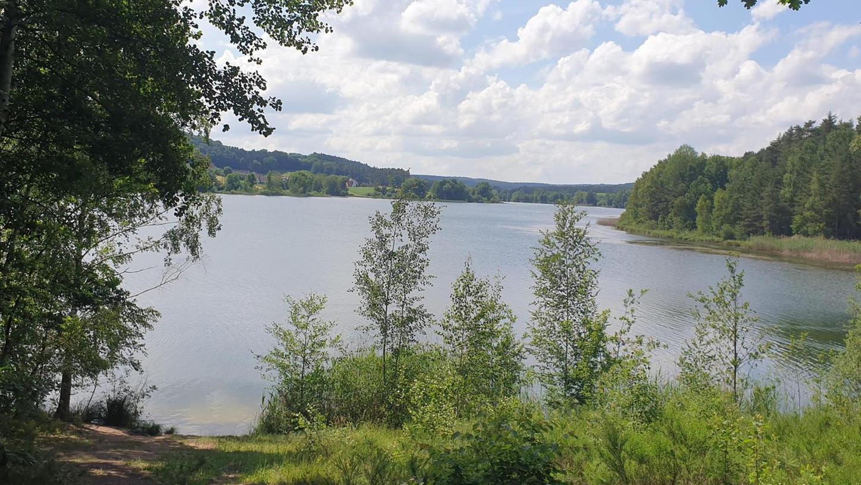 An einer Bank am Igelsbachsee macht Nina Selz regelmäßig ihre Dehnübungen. Der Blick aufs Wasser lässt die 36-Jährige zur Ruhe kommen.