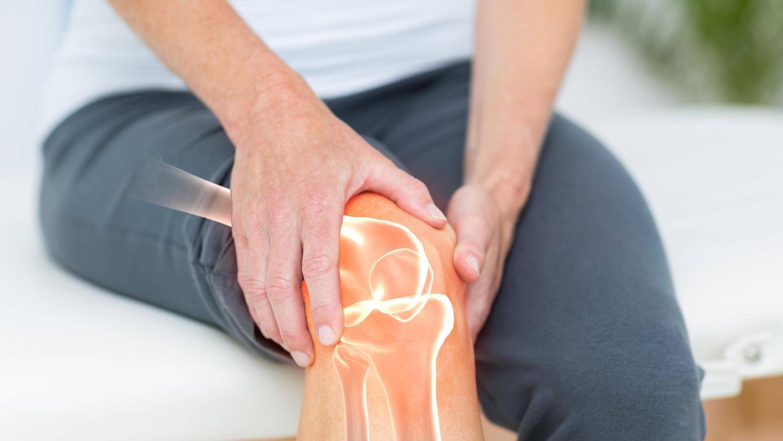 Wer Schmerzen am Knie hat, sollte einen Orthopäden aufsuchen.