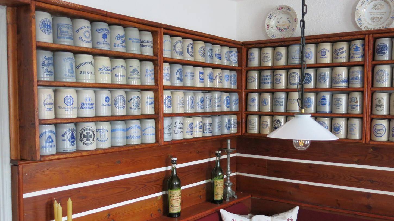 Die Einrichtung einer ehemaligen Gaststätte in Niederösterreich bildet das passende Ambiente für die Sammlung mit 325 Bierkrügen.