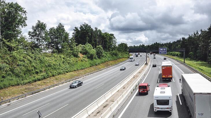 Der bestehende Lärmschutzwall an der A3 bei Schwaig (hier von der Brücke an der Siedlerstraße aus fotografiert) wird im Zuge der Lärmsanierung mit einer Wand versehen, die im oberen Bereich durchsichtig sein soll. Insgesamt wird die Wall-Wand-Kombination 16,5 Meter hoch.