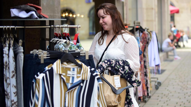 Kundinnen und Kunden wollen wieder verstärkt Kleidung kaufen. Den Textilhandel in Fürth freut's.