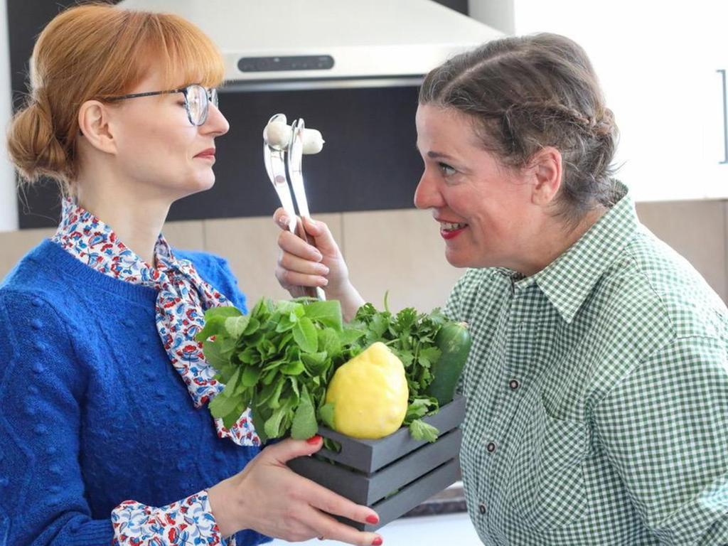 Haben völlig unterschiedliche Koch- und Essgewohnheiten: Beke Maisch (li.) und Uschi Horner lassen in ihren Podcasts die leichte asiatische Küche gegen ein deftiges Wiener Schnitzel antreten.