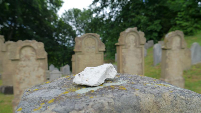 We ein jüdisches Grab besucht, der legt dort keineBlumen ab, sondern setzt ein mitgebrachtesSteinchen auf den Grabstein.