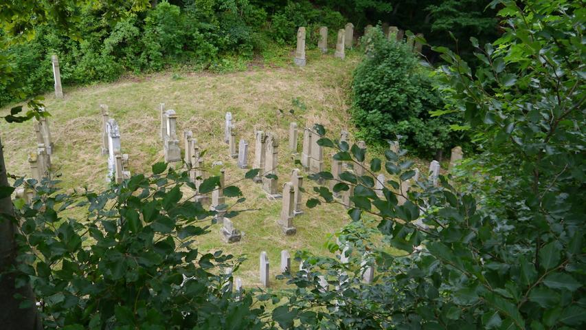 Ein Ort der Ruhe und der Erinnerung: Der Jüdische Friedhof in Sulzbürg liegt auf einer kleinen Bergkuppe.