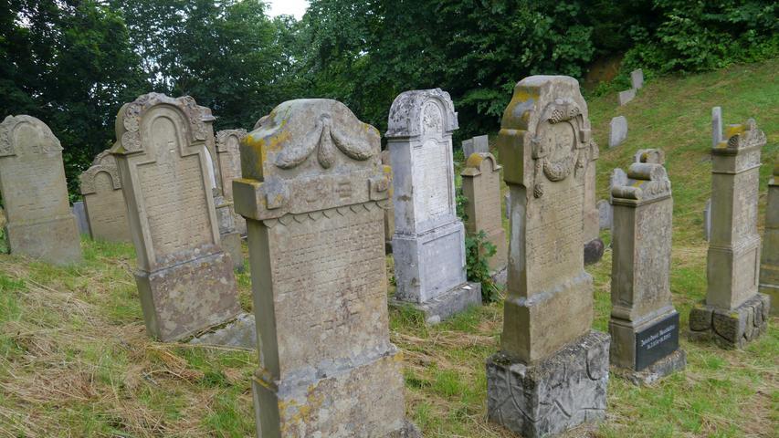 Im jüngeren Teil des Friedhofs ist derText auf dem Grabsteinen noch gut lesbar. Sofern man Hebräisch kann.