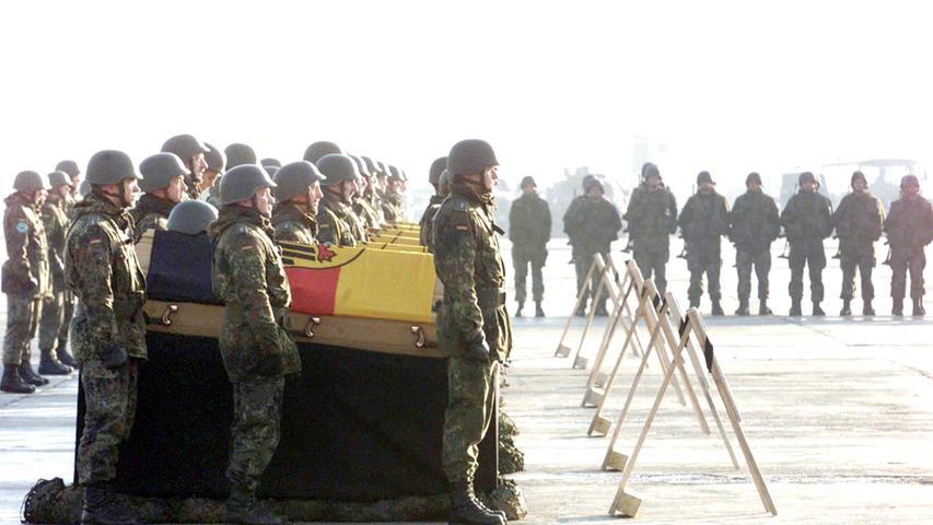 Bittere Realität für die Bundeswehr in Afghanistan: Soldaten stehen vor den Särgen ihrer Kameraden, die 2002 bei einem Hubschrauberabsturz ums Leben kamen.