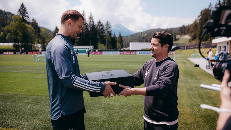 Christian Staatz, hiermit Mannschaftskapitän Manuel Neuer.