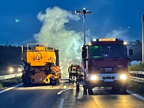 Mit schwerem Atemschutzgerät und durch die Beleuchtung durch das Thw konnten die Einsatzkräfte den Brand in den Griff bekommen. /Foto: Feuerwehr Röthenbach