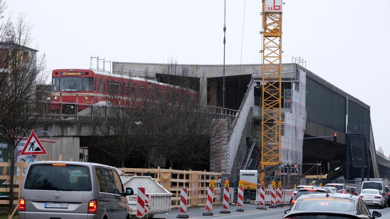 Ein Bild vom Beginn der Arbeiten. Der U-Bahnhof Muggenhof ist seit Monaten gesperrt.