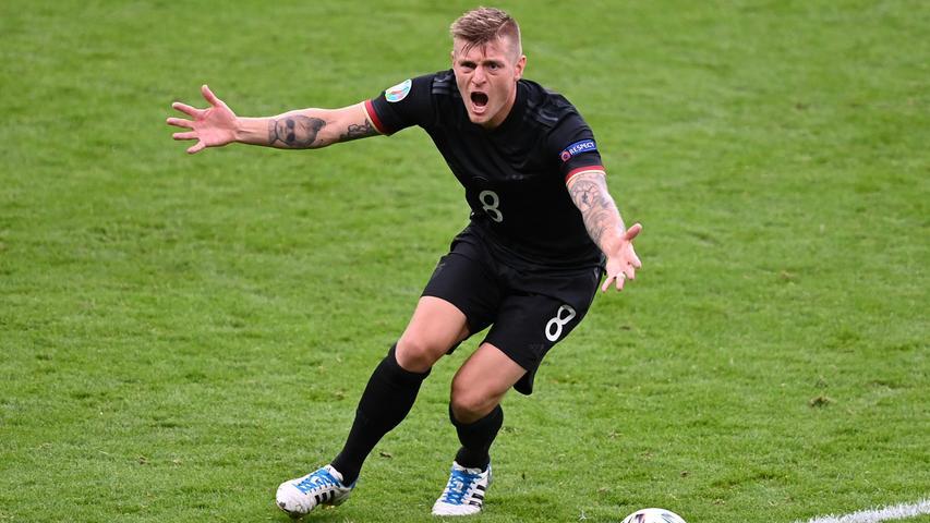 Als einer von nur drei deutschen Feldspielern verpasste der Madrider Defensivstratege keine einzige Minute. Bis zuletzt galt Kroos in der Ära Löw als sakrosankt, da konnten die Sofatrainer noch so gern über den