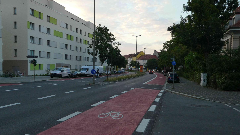 Das sind die neuen Radstreifen entlang der Pillenreuther  Straße