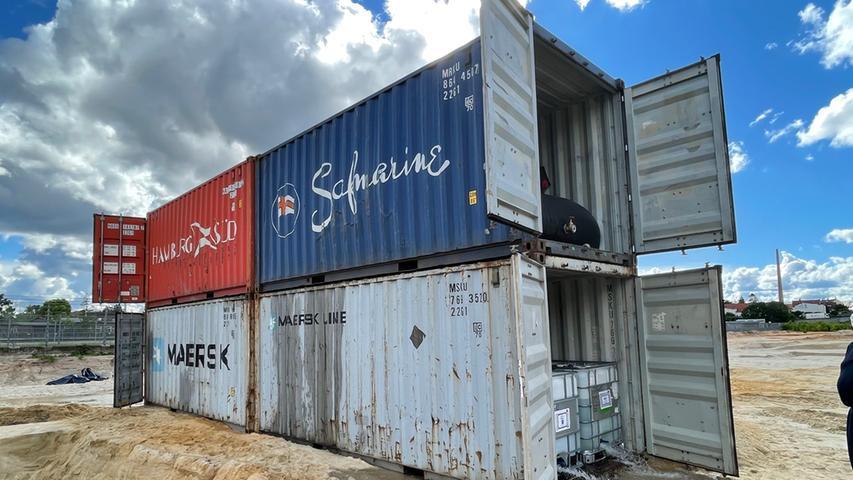 Wie bereits beim letzten Fund ließ Sprengmeister Michael Weiß einen Schutzwall aus mit Wasser gefüllten Containern aufbauen.