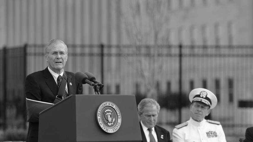 Der frühere US-Verteidigungsminister Donald Rumsfeld ist tot. Der republikanische Politiker sei im Kreis seiner Familie in Taos im US-Bundesstaat New Mexico gestorben, teilte Rumsfelds Familie am 30. Juni in einer schriftlichen Stellungnahme mit. Er wurde 88 Jahre alt.