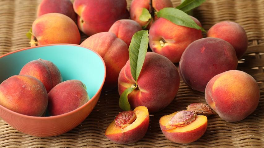 Pfirsiche haben einen hohen Wassergehalt und sindreich an zahlreichen Nährstoffe wie Kalzium, Kalium und Magnesium.Pfirsiche enthalten außerdem dieVitamineA, B1 und B2 sowie das für die Stärkung der Abwehrkräfte so wichtigeVitamin C.