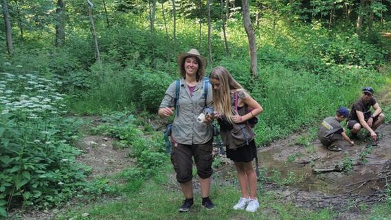 Rangerin  Jessica zeigt Kindern die Geheimnisse des Waldes