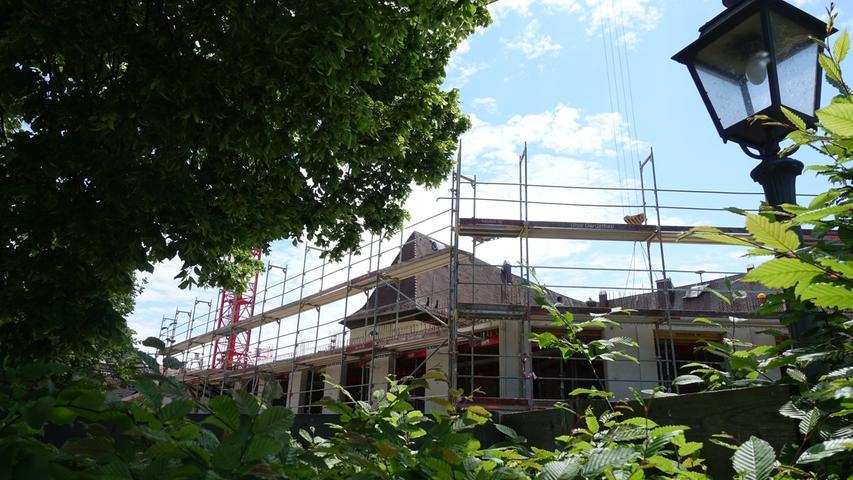 Das neue Rathaus wächst mit erstaunlicher Geschwindigkeit. Hier der Blick auf die Baustelle mit Schloss im Hintergrund.