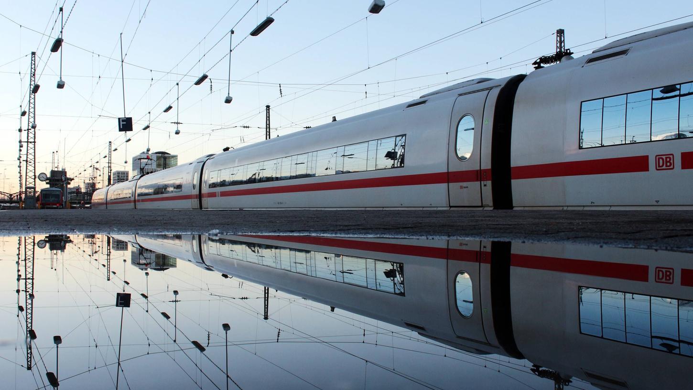 Von 2028 an sollen täglich 25 ICE-Züge in einem neuen Werk bei Nürnberg gereinigt und gewartet werden. Doch die Frage des Standorts ist strittig.